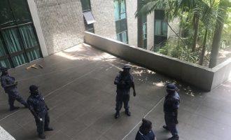 Aστυνομία και στρατός μπήκαν σε κοινοβούλιο και χτύπησαν υπουργούς και βουλευτές (βίντεο)