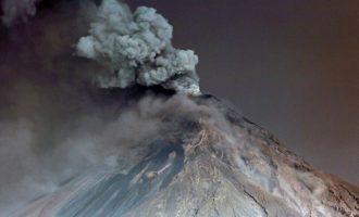 Συναγερμός στη Γουατεμάλα: Εκτοξεύει τέφρα και λάβα το φονικό ηφαίστειο Φουέγο