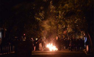 Πεδίο μάχης τα Εξάρχεια: Φωτιές, μολότοφ και οδοφράγματα