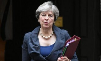 Πληροφορίες θέλουν την Μέι να «τρενάρει» την ψηφοφορία για το Brexit