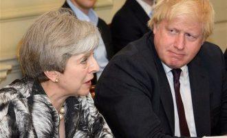 «Απασφάλισε» ο Μπόρις Τζόνσον εναντίον της Μέι: Λες ψέματα για το Brexit!