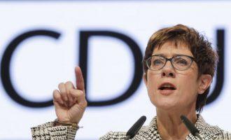 Γερμανία: Η Ανεγκρετ Κραμοπ – Καρενμπάουερ νικήτρια του πρώτου γύρου της εκλογής στο CDU