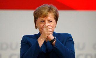 To «αντίο» του CDU στην Μέρκελ: Την χειροκροτούσαν όρθιοι επί εννέα λεπτά και η καγκελάριος λύγισε (βίντεο)