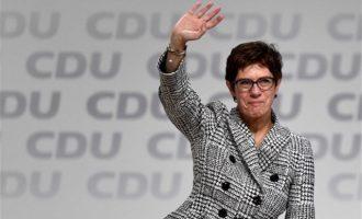 H εκλεκτή της Μέρκελ Άνεγκρετ Κραμπ-Καρενμπάουερ αναλαμβάνει τα ηνία του CDU