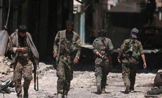 Σουρεάλ! Στη Μανμπίτζ υψώθηκε η συριακή σημαία ενώ παραμένουν σε αυτή Αμερικανοί στρατιώτες