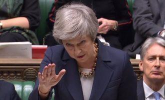 «Αγκομαχά» η Μέι: Δυσκολεύεται να πείσει τους βουλευτές της για το Brexit