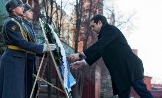 Στεφάνι στο μνημείο Αγνώστου Στρατιώτη στη Μόσχα κατέθεσε ο Τσίπρας