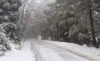 Διακόπηκε η κυκλοφορία στον Υμηττό και στην Πεντέλη λόγω χιονόπτωσης