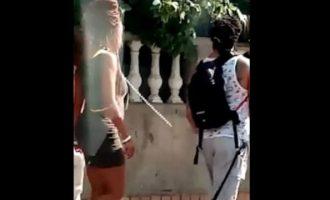 Απίστευτο: Της έβαλε λουρί με αλυσίδα για να την βγάλει βόλτα (βίντεο)