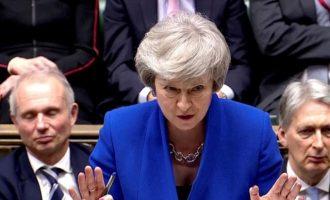 Guardian: 25 μέλη της κυβέρνησης Μέι θα ψηφίσουν υπέρ αναβολής του Brexit