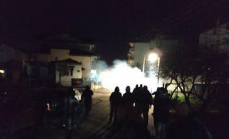 Νέα επεισόδια έξω από το σπίτι της βουλευτή Μπέτυς Σκούφα – Μολότοφ και δακρυγόνα (βίντεο)