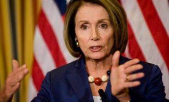 Η Πελόσι κάλεσε τον Τραμπ να καταθέσει στη Βουλή – «Σκάνδαλο μεγαλύτερο του Νίξον»