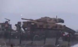 Η Τουρκία μεταφέρει συνεχώς τανκς στα σύνορα με τη Συρία – Λέει ότι «έχει άδεια» να επιτεθεί