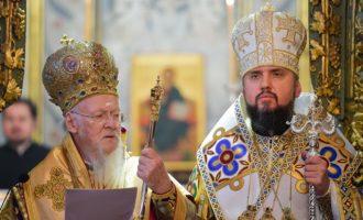 Ο Οικ. Πατριάρχης παρέδωσε τον τόμο της Αυτοκεφαλίας και την ποιμαντορική ράβδο στον Επιφάνιο Ουκρανίας