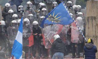 Πολλοί τραυματίες Αστυνομικοί από επίθεση ακροδεξιών κουκουλοφόρων μπροστά στη Βουλή