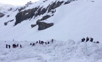 Δείτε τη στιγμή που η φονική χιονοστιβάδα «θάβει» τους σκιέρ στην Ελβετία (βίντεο)