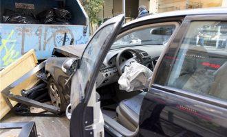 Η στιγμή που το αυτοκίνητο πέφτει πάνω σε πεζούς στη Θεσσαλονίκη (βίντεο)