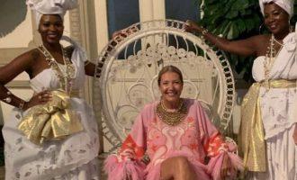 Η διευθύντρια της βραζιλιάνικης Vogue παραιτήθηκε γιατί πόζαρε σαν αφέντρα με τις σκλάβες της