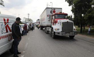 Στα σύνορα της Κολομβίας τα φορτηγά με ανθρωπιστική βοήθεια των ΗΠΑ με προορισμό τη Βενεζουέλα
