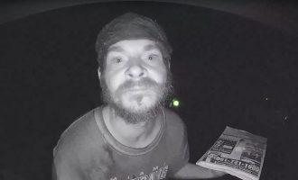Περίεργη «μόδα» στις ΗΠΑ: Άλλος ένας άνδρας «πιάστηκε» να γλύφει…. κουδούνια (βίντεο)