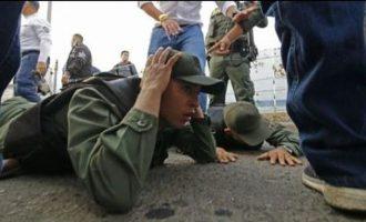 Δεκατρείς στρατιώτες της Βενεζουέλας αυτομόλησαν στην Κολομβία