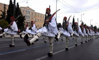 Με το «Μακεδονία Ξακουστή» παρήλασαν οι Εύζωνες στο Σύνταγμα (βίντεο)