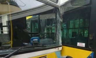 11 τραυματίες από σύγκρουση λεωφορείων στο Αιγάλεω (βίντεο)