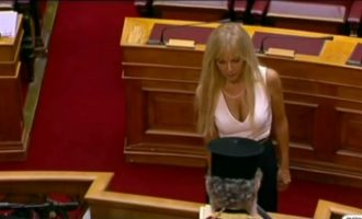Η πρώην γαλάζια βουλευτής με το βαθύ ντεκολτέ πήγε στο κόμμα του Λεβέντη