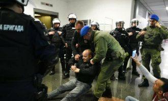 Διαδηλωτές κατέλαβαν τη σερβική τηλεόραση – Επενέβη η Αστυνομία