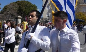 Ο τυφλός σημαιοφόρος που καταχειροκροτήθηκε στην παρέλαση στα Χανιά