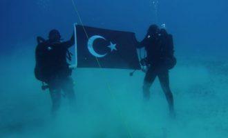 Τούρκοι δύτες στον βυθό του Κόλπου της Σούδας με την τουρκική σημαία