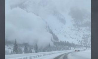 Χιονοστιβάδα «καταπίνει» αυτοκίνητα στο Κολοράντο (βίντεο)