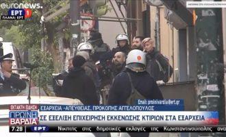 Έφοδος της Αστυνομίας σε δύο καταλήψεις στα Εξάρχεια – Συγχαρητήρια από Παπακώστα
