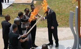 Ο Γιούνκερ κόντεψε να κάψει την Πρώτη Κυρία της Ρουάντα (βίντεο)