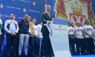 Δεκάδες χιλιάδες οπαδοί του Βούτσιτς συγκεντρώθηκαν στο Βελιγράδι
