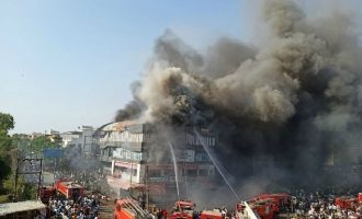 18 μαθητές κάηκαν ζωντανοί από φωτιά σε εμπορικό κέντρο στην Ινδία