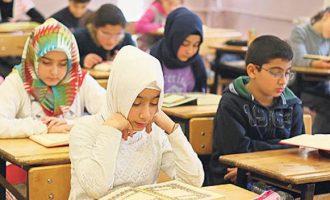 Η Γερμανία εξετάζει να απαγορεύσει στις μουσουλμάνες μαθήτριες δημοτικού να φοράνε μαντίλα
