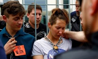 Γερμανοί ακτιβιστές αλυσοδέθηκαν στην καγκελαρία – Γιατί κατηγορούν τη Μέρκελ