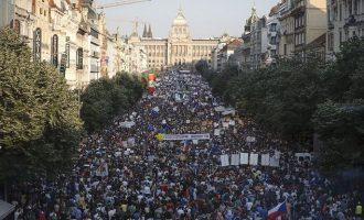 Η μεγαλύτερη διαδήλωση εδώ και δεκατίες στην Τσεχία: «Παραιτήσου Μπάμπις – Κουραστήκαμε»