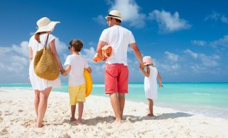 «Η Τelegraph» προτρέπει: Πηγαίνετε στην Ελλάδα για οικογενειακές διακοπές – Ποια μέρη ξεχωρίζει