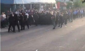 Αλβανία: Εξαγριωμένοι πολίτες πήραν με τις πέτρες τον Έντι Ράμα (βίντεο)