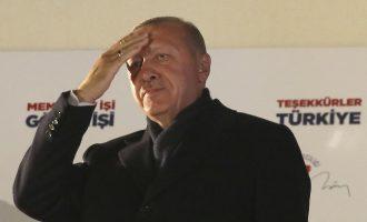 Ο Ερντογάν «παραμυθιάζει» τους Τούρκους ότι θα ρίξει τον πληθωρισμό μειώνοντας τα  επιτόκια