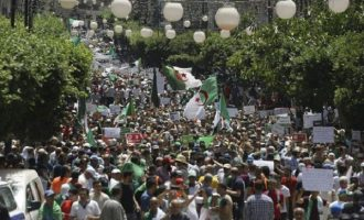 Στους δρόμους χιλιάδες Αλγερινοί ζητούν αλλαγή στην πολιτική ηγεσία