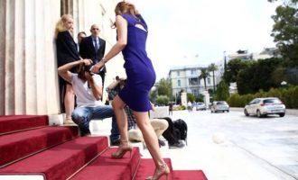 Καρδιακά επεισόδια προκάλεσε η Αχτσιόγλου στην είσοδο της Βουλής! Απλά… θεά!