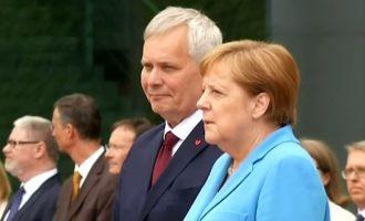 Για τρίτη φορά η Μέρκελ εθεάθη να τρέμει – Το έπαθε στην υποδοχή του Φινλανδού πρωθυπουργού