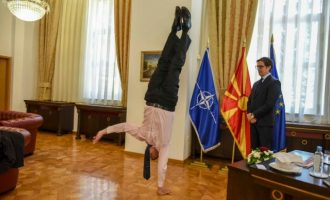 Ο πρεσβευτής του Ισραήλ στα Σκόπια έκανε κατακόρυφο μπροστά στον Πενταρόφσκι