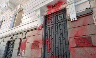 Ο Ρουβίκωνας πέταξε μπογιές στο κτίριο του ΣΕΒ – Μοίρασε και φυλλάδια σε τουρίστες