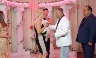 Ο Τράγκας παντρεύτηκε για τρίτη φορά την ίδια γυναίκα στο Λας Βέγκας (βίντεο)