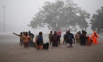 Ινδία: Τουλάχιστον 100 νεκροί από τις πλημμύρες