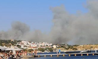 Φωτιά-Σάμος: Απομακρύνονται από τους πυροσβέστες τουρίστες και κάτοικοι